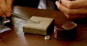 Vrouwelijke juwelenontwerper die in workshop 4k werken stock video