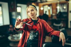 Vrouwelijke kapper in kapperswinkel royalty-vrije stock fotografie