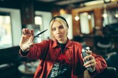 Vrouwelijke kapper in kapperswinkel royalty-vrije stock foto's