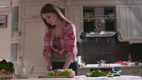 Vrouwelijke karbonadessla bij de keuken stock footage