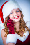 Vrouwelijke Kerstman die van sneeuwKerstmis genieten en cellulair Royalty-vrije Stock Afbeeldingen