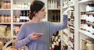 Vrouwelijke Klant in Delicatessen stock footage