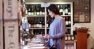 Vrouwelijke Klant in Delicatessen stock video