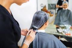 Vrouwelijke klant die in de spiegel kijken royalty-vrije stock afbeeldingen