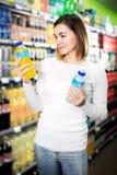 Vrouwelijke klant die naar dranken zoeken stock foto's