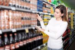 Vrouwelijke klant die naar dranken zoeken stock fotografie
