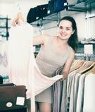 Vrouwelijke klant die trui kiezen bij opslag Royalty-vrije Stock Foto