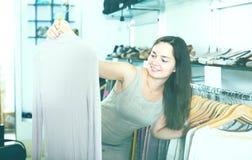 Vrouwelijke klant die trui kiezen bij opslag Royalty-vrije Stock Fotografie