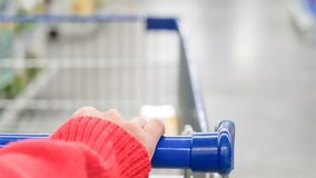 Vrouwelijke klant met karretje met vage motie van supermarktwarenhuis in China royalty-vrije stock foto