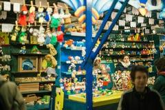 Vrouwelijke klanten die de grote selectie van Kerstmisspeelgoed bewonderen Royalty-vrije Stock Foto's