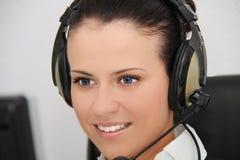 Vrouwelijke klantenondersteuningsexploitant met hoofdtelefoon Stock Foto's