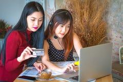 Vrouwelijke klantenondersteuningsexploitant met hoofdtelefoon Royalty-vrije Stock Afbeeldingen
