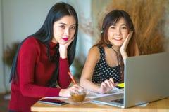 2 vrouwelijke klantenondersteuningsexploitant met hoofdtelefoon Stock Foto