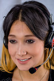 Vrouwelijke klantenondersteuningsexploitant met hoofdtelefoon Stock Foto