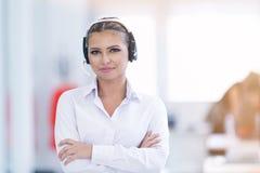 Vrouwelijke klantenondersteuningsexploitant met hoofdtelefoon en het glimlachen Stock Fotografie