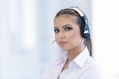 Vrouwelijke klantenondersteuningsexploitant met hoofdtelefoon en het glimlachen Royalty-vrije Stock Fotografie