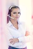 Vrouwelijke klantenondersteuningsexploitant met hoofdtelefoon en het glimlachen Royalty-vrije Stock Foto