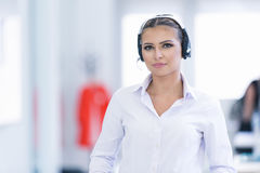 Vrouwelijke klantenondersteuningsexploitant met hoofdtelefoon en het glimlachen Stock Foto