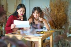 Vrouwelijke klantenondersteuningsexploitant met hoofdtelefoon en het glimlachen, en D Stock Fotografie