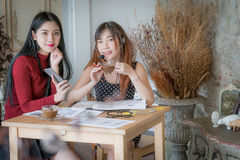 Vrouwelijke klantenondersteuningsexploitant met hoofdtelefoon en het glimlachen, en D Royalty-vrije Stock Afbeelding