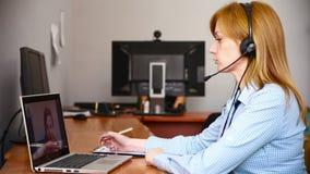 Vrouwelijke klantenondersteuningsexploitant zij leidt online overleg gebruikend Webcamera stock video