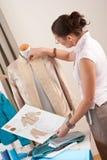 Vrouwelijke kleermaker die met manierledenpop werkt Stock Foto's