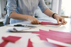 Vrouwelijke Kleermaker Making Sewing Patterns op Lijst royalty-vrije stock afbeelding