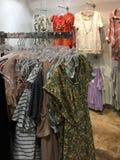 Vrouwelijke kleren voor verkoop bij opslag Royalty-vrije Stock Fotografie