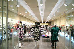 Vrouwelijke kleren in winkel Royalty-vrije Stock Afbeelding