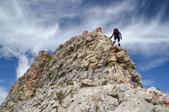 Vrouwelijke klimmer op Dolomietbergen stock afbeelding