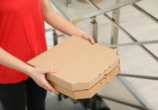 Vrouwelijke koerier met pizzadozen binnen, close-up royalty-vrije stock foto's