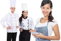 Vrouwelijke koffiearbeider en chef-kok stock afbeeldingen