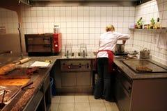 Vrouwelijke kok in actie stock foto
