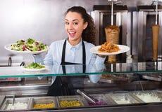 Vrouwelijke kok bij bistro stock fotografie