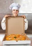 Vrouwelijke kok met verse pizza Royalty-vrije Stock Foto's