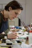 Vrouwelijke kunstenaar bij haar studio het schetsen royalty-vrije stock foto