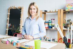 Vrouwelijke Kunstenaar in Comfortabele Workshop stock afbeeldingen