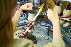 Vrouwelijke Kunstenaar Doing Lampwork stock foto