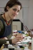 Vrouwelijke kunstenaar in haar studio royalty-vrije stock fotografie