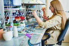 Vrouwelijke Kunstenaar in Lampwork-Studio stock afbeeldingen