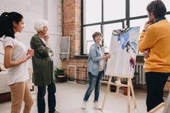 Vrouwelijke Kunstenaar Presenting Painting royalty-vrije stock fotografie