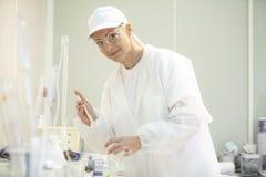 Vrouwelijke laboratoriumarbeider die tests in een laboratorium in industrieel c doen stock foto