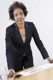 Vrouwelijke Landgoedagent Leaning On Table royalty-vrije stock fotografie