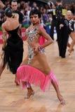 Vrouwelijke Latijnse danser die tijdens de concurrentie dansen Stock Foto's