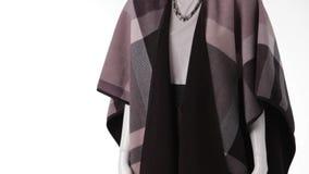 Vrouwelijke ledenpop die lange sjaal dragen stock videobeelden