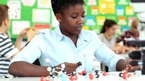 Vrouwelijke Leerling die Moleculair Modelkit in science lesson gebruiken stock videobeelden