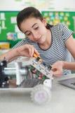 Vrouwelijke Leerling die in Wetenschapsles Robotica bestuderen stock foto