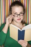 Vrouwelijke lezing. Royalty-vrije Stock Foto