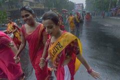 Vrouwelijke liefhebbers rond Rath in Kolkata onder regen Royalty-vrije Stock Foto