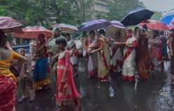 Vrouwelijke liefhebbers rond Rath in Kolkata onder regen Stock Foto